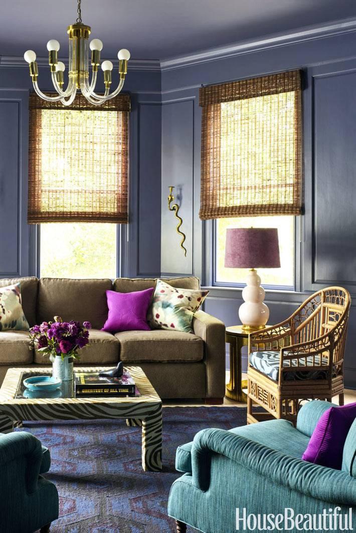 гостиная комната с сиреневыми стенами и бамбуковыми жалюзи