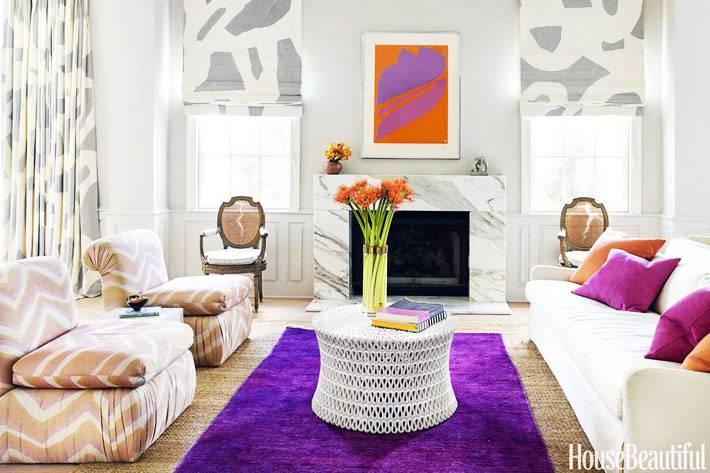 мраморный рисунок на текстиле в гостиной комнате с камином