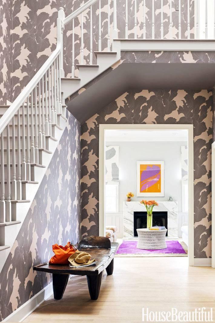 бежево-коричневые обои с цветами на стенах холла фото