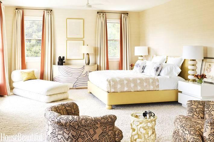 солнечный интерьер спальни в песочном цвете фото