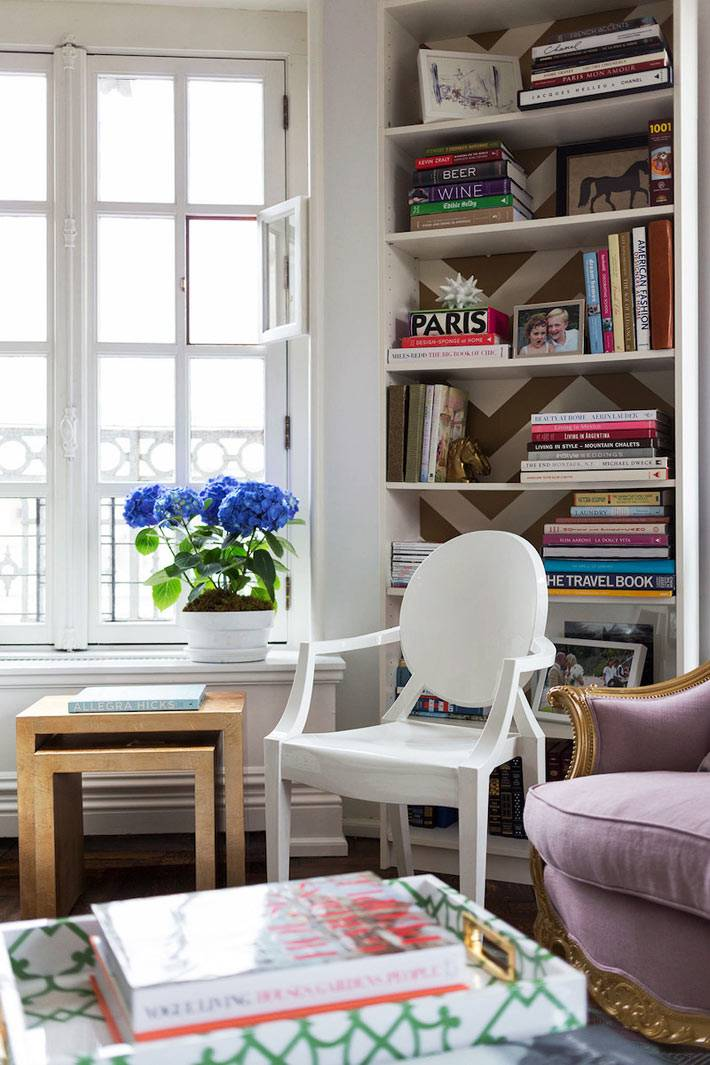 горшок с синими гортензиями на подоконнике в квартире
