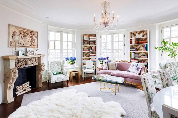 розовый диван в интажном стиле в интерьере белоснежной гостиной