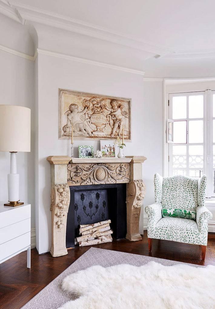 декоративный камин с резным деревянным порталом в квартире