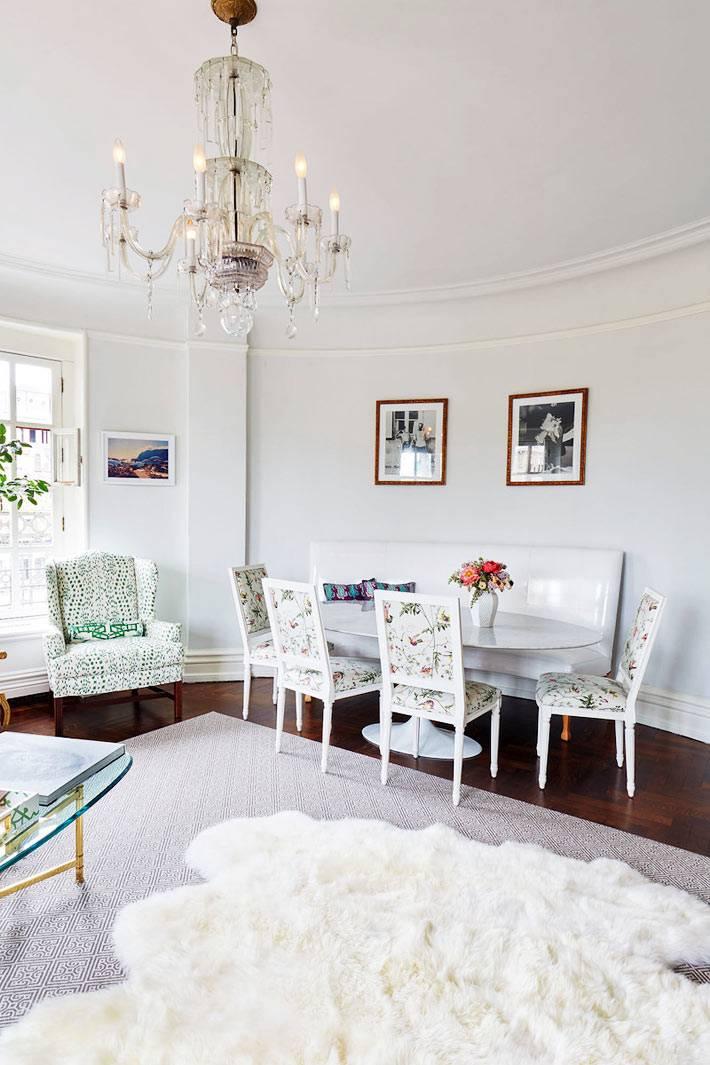 обеденная зона с овальным пластиковым столом и красивыми стульями