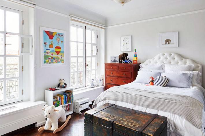 старинный сундук в детской спальне возле кровати фото