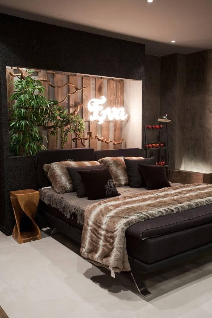 темные стены в дизайне спальни на райскую тематику