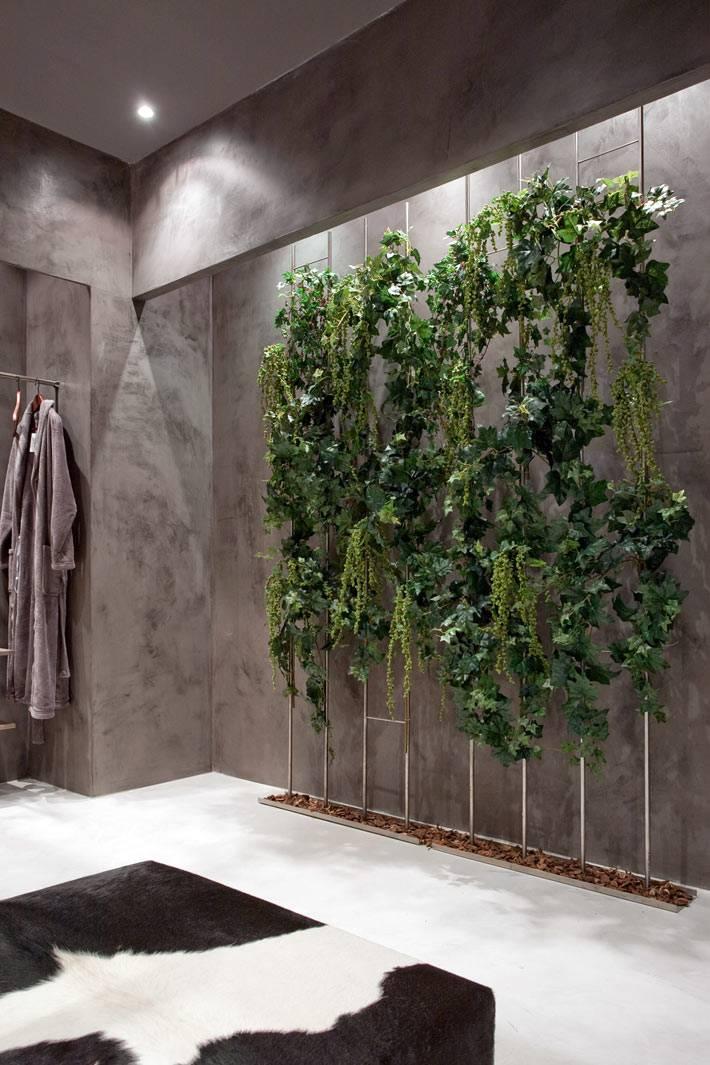 фитостена с живыми растениями возле стены с подсветкой