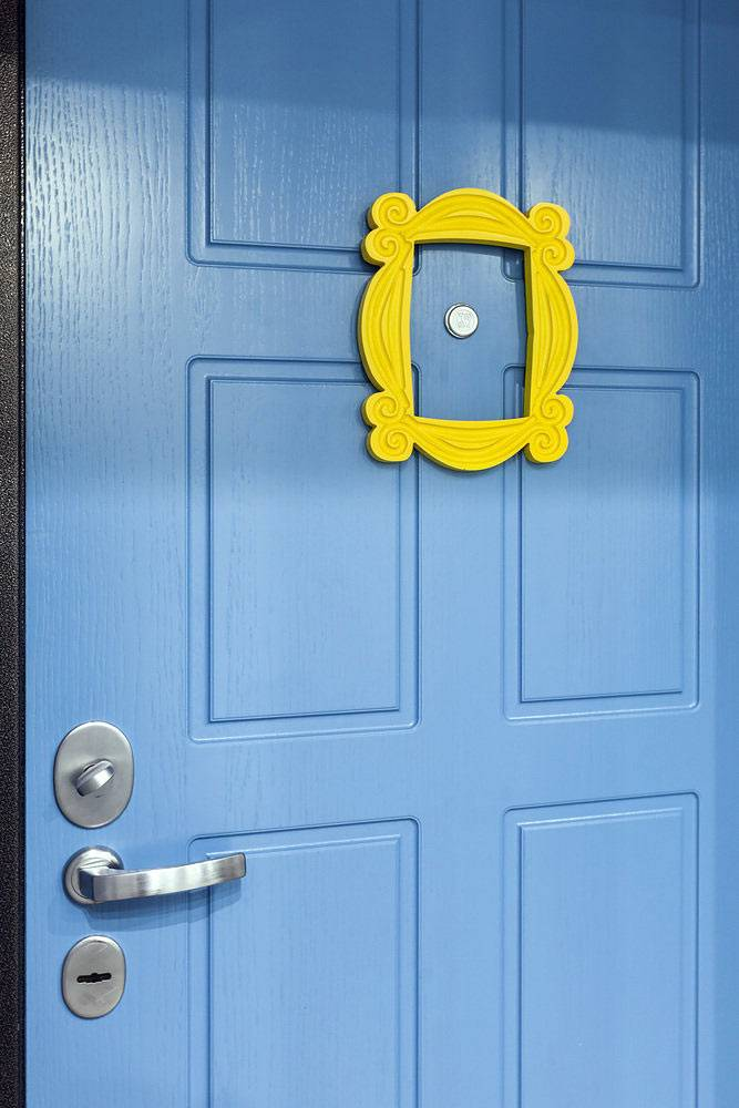 """желтая рамка на синей двери как в сериале """"Друзья"""""""