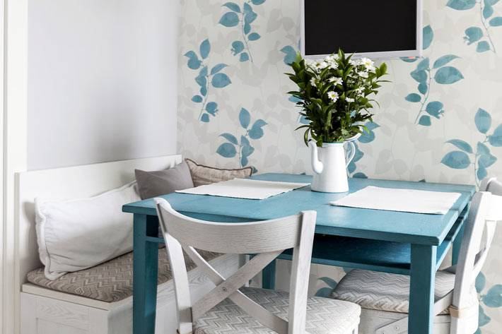 обеденная зона - синий стол и белые деревянные стулья