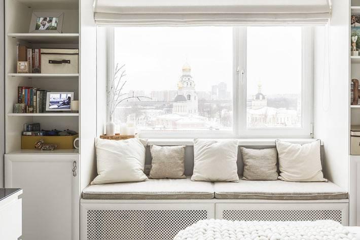 мягкий матрас и белые подушки на подоконнике в спальне