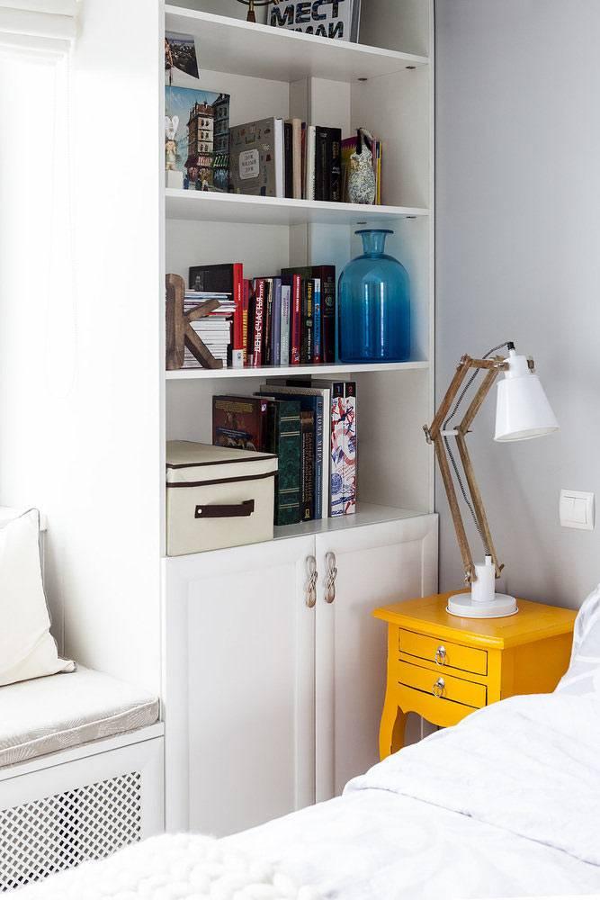 два книжных стеллажа по сторонам от окна фото