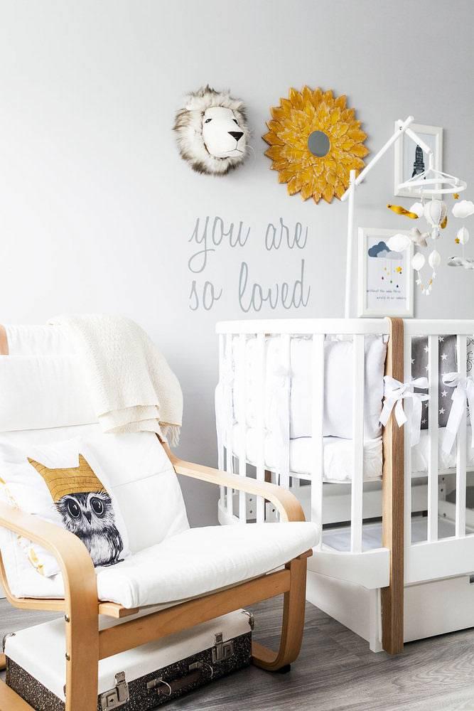 детская комната для младенца оформлена в стветлых красках