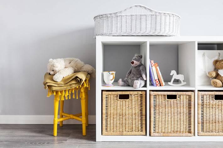 белый стеллаж с плетеными корзинами для хранения игрушек