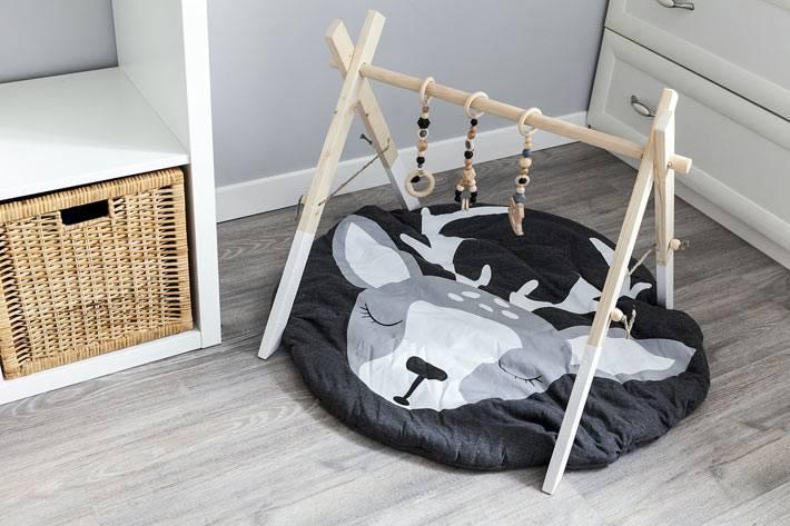 самодельный деревянный мобиль на полу в детской комнате