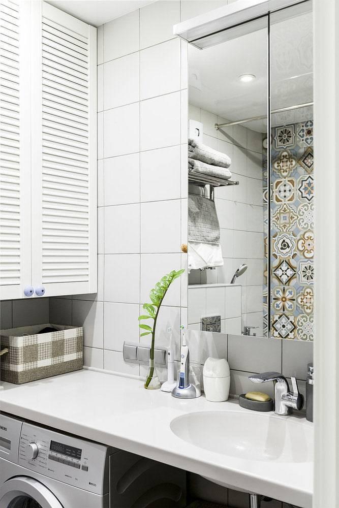 ванная с хорошо продуманным хранением в шкафчиках