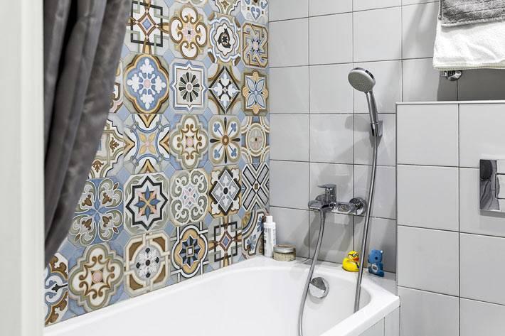 плитка в стиле пэчворк на стене над ванной фото