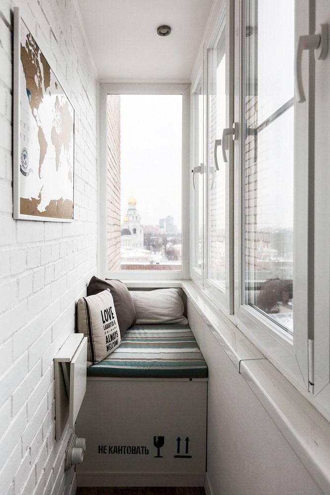 маленький городской балкон хорошо продуман и укомплектован