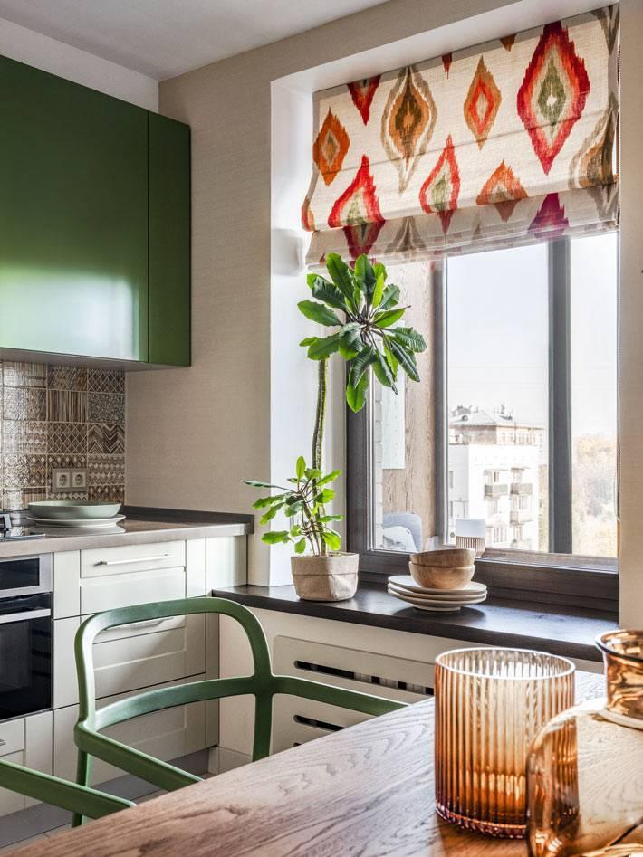 римская штора с этническим орнаментом на кухонном окне