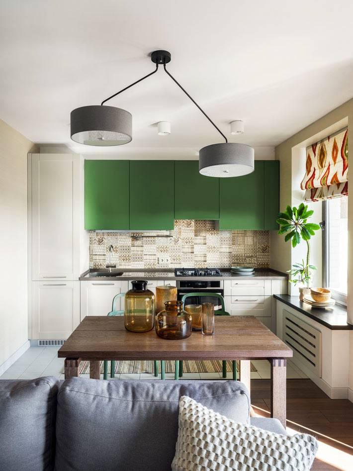 открытое кухонное пространство с зелеными подвесными шкафчиками