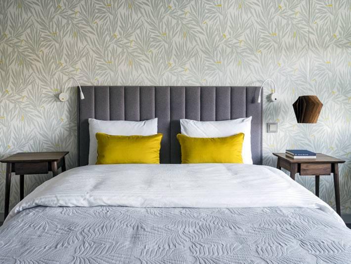 яркие светло зеленые подушки в спальне с серым оформлением