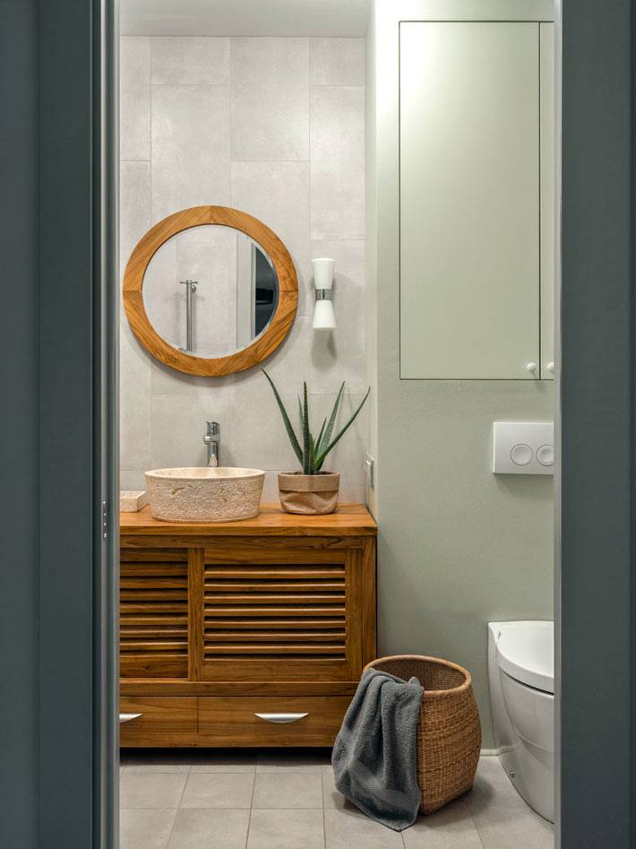 плетеная корзина из лозы для грязного белья в ванной комнате