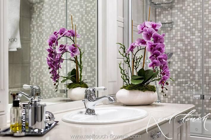 красивая фиолетовая орхидея на с толике возле раковины фото