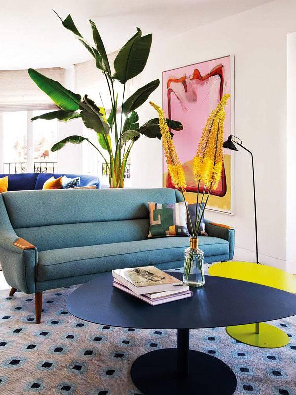 нетривиальный дизайн квартиры с цветной мягкой мебелью