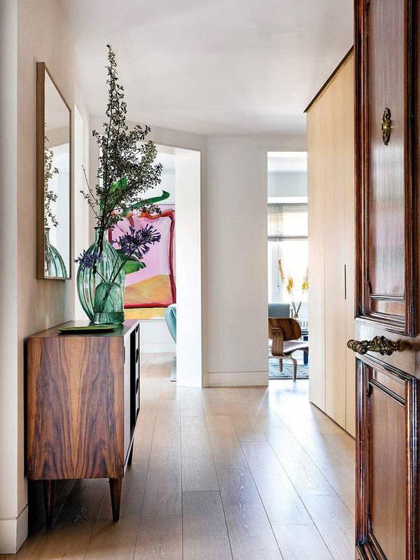 старинный буфет из дерева установили в коридоре квартиры