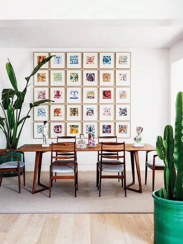квадратные картинки в маленьких рамочках на стене возле обеденного стола