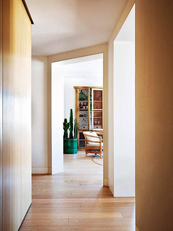 стены коридора обшиты деревянными панелями фото