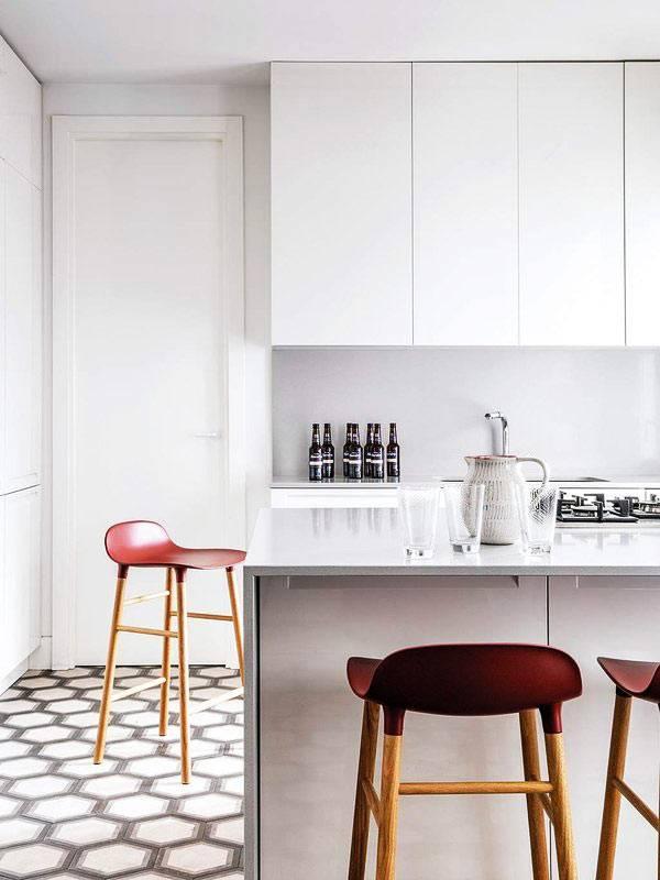 стерильно белая кухня в стиле минимализм