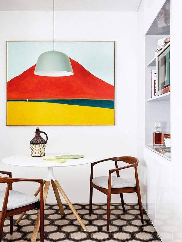 картина в ярких красках на кухне и ниша с полками в стене