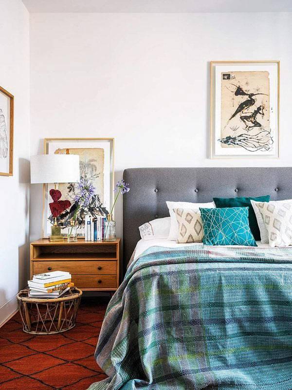 уютная спальня с большой кроватью и красным ковром на полу