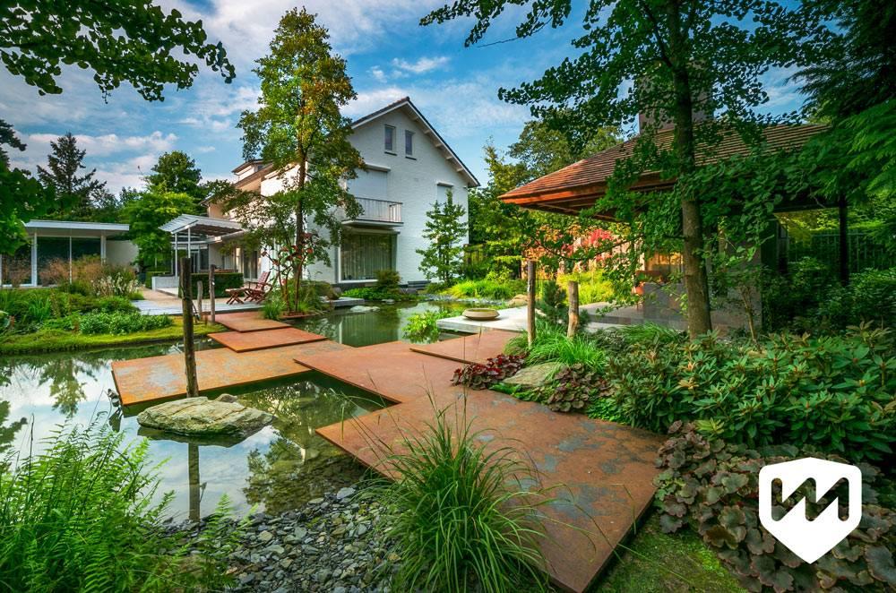 красивое оформление сада с прудом во дворе дома