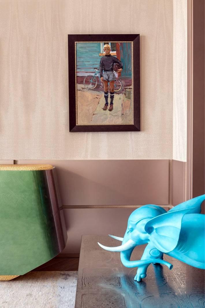 нетривиальные предметы искусства украшают интерьер квартиры