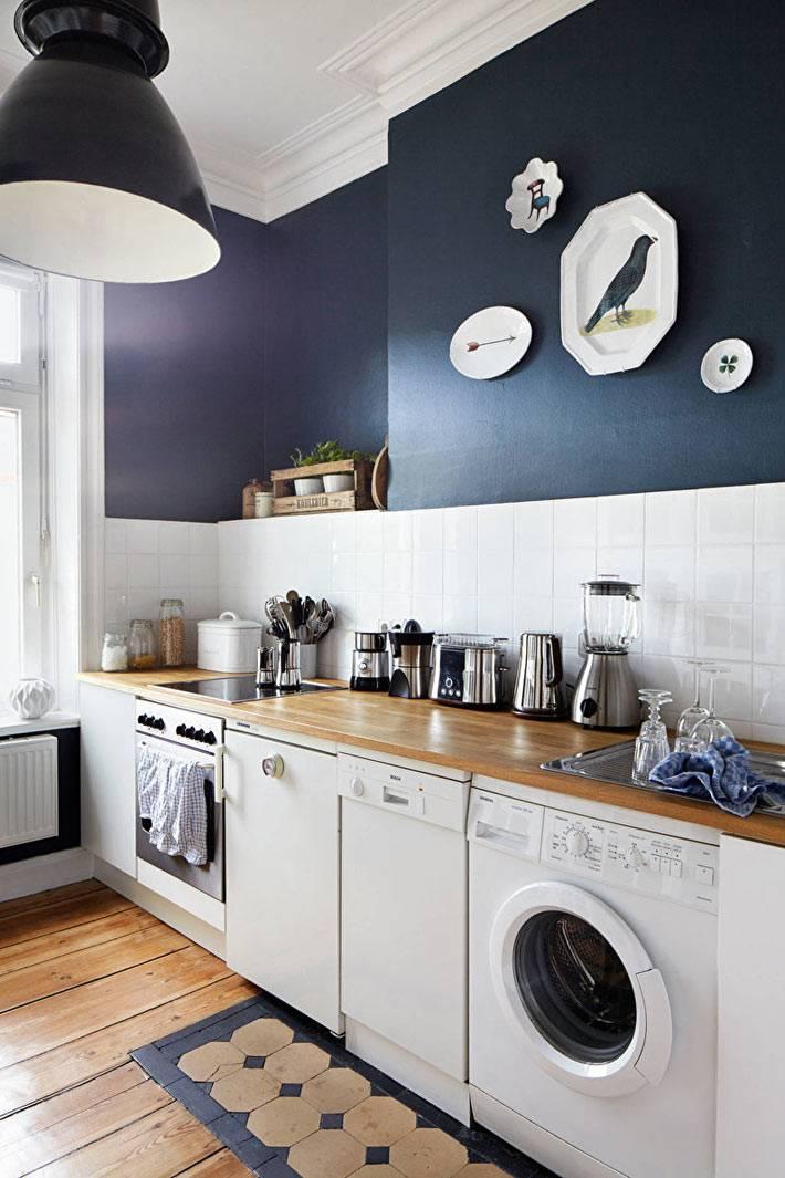 Стиральная машина на кухне сине-белого цвета