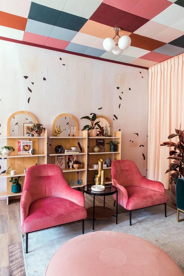 разноцветные квадратные панели на потолке в комнате фото
