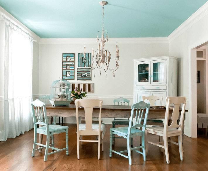 нежно голубой цвет на потолке столовой комнаты со старой мебелью