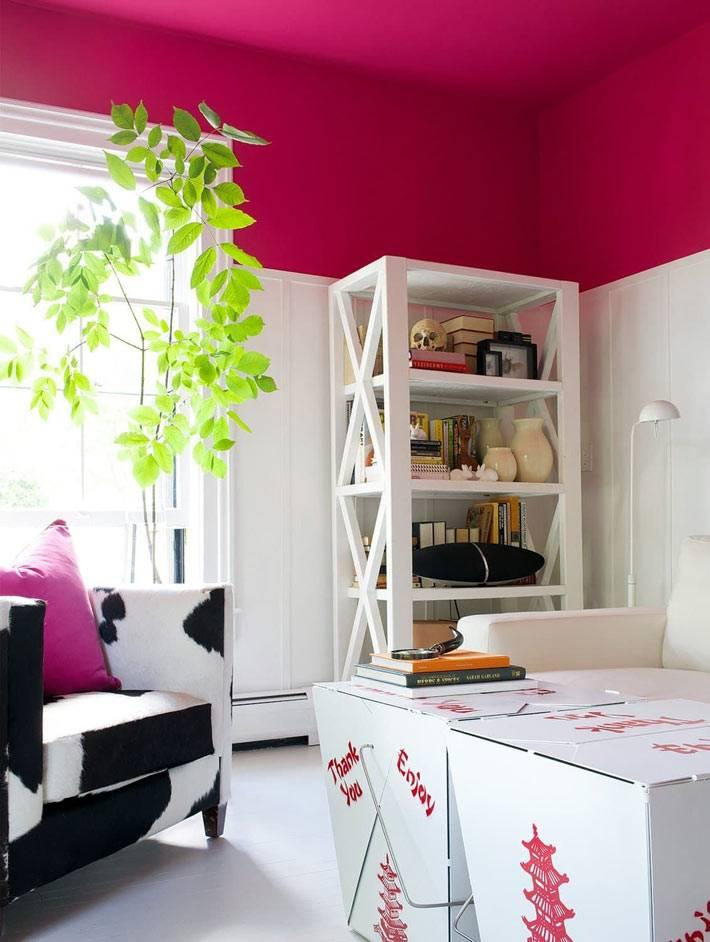 яркий малиновый цвет на потолке совремнного интерьера комнаты
