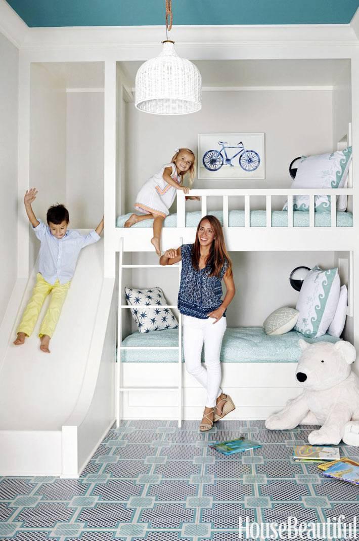 бело-голубая палитра в детской с голубым потолком фото