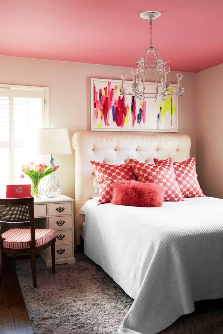 эклектичный дизайн спальни с белыми стенами и розовым потолком