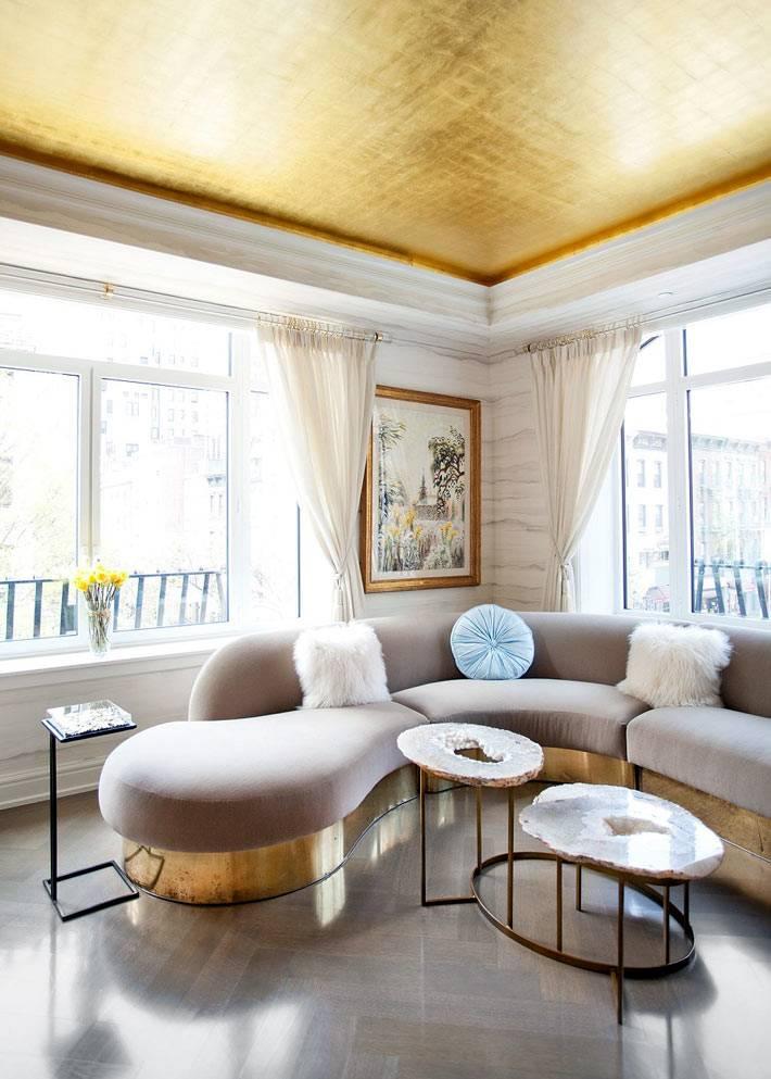 цветной потолок выкрашеный краской золотистого цвета в интерьере
