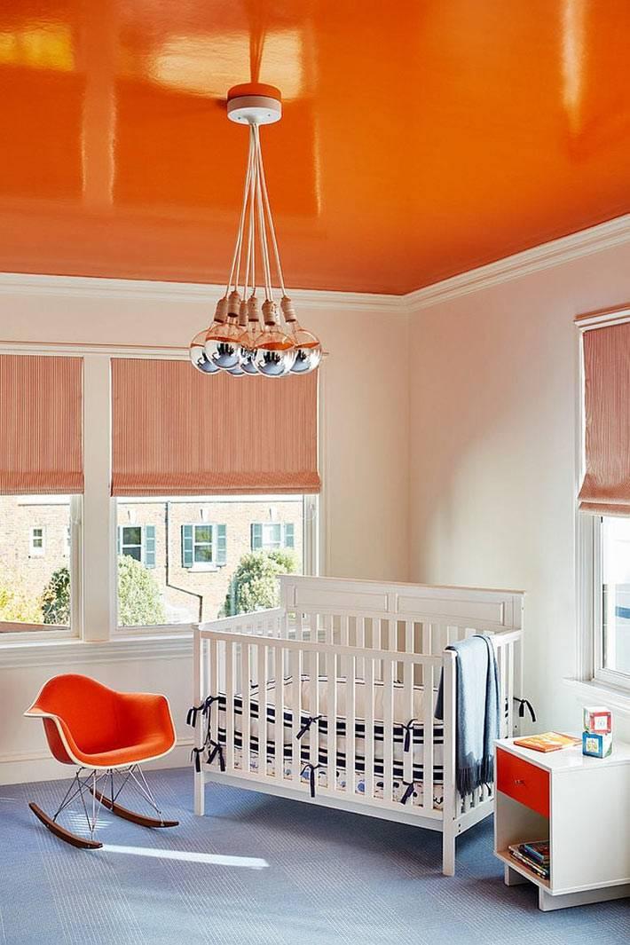 оранжевый цвет на потолке гармонирует с оранжевыми акцентами в комнате