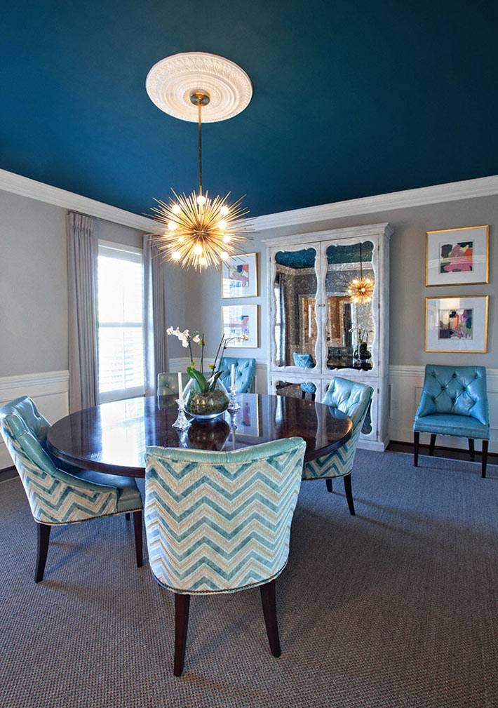 оттенки синей палитры в красивой обеденной комнате фото