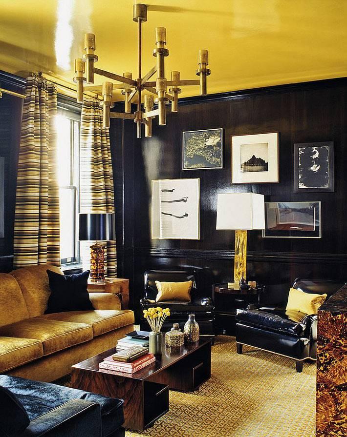 сочетание черных стен и желтого потолка очень выразительное