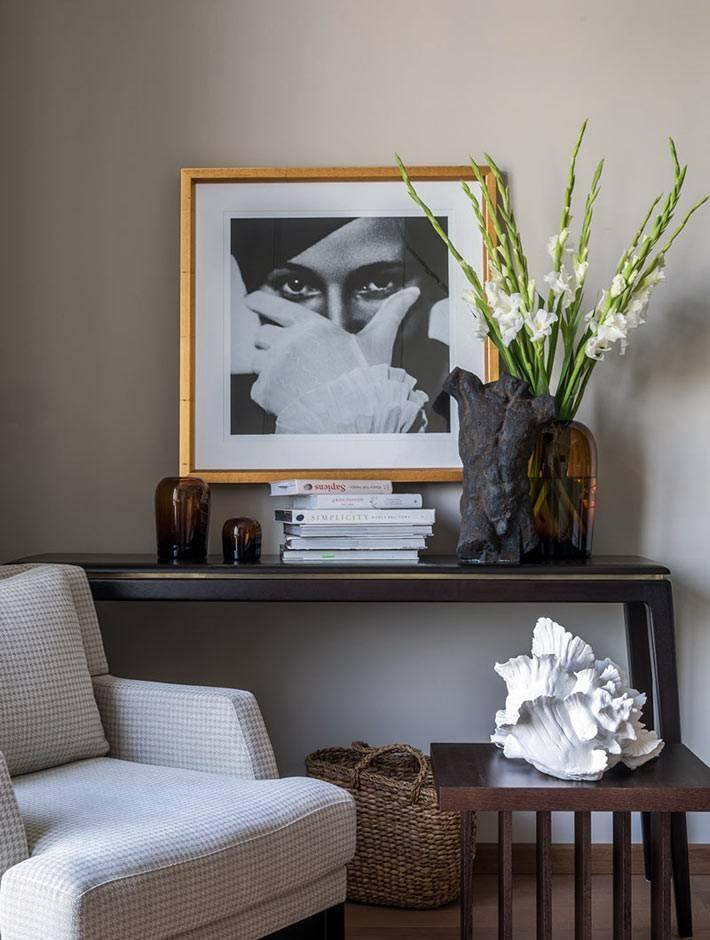черная консоль с вазами и книгами для декора