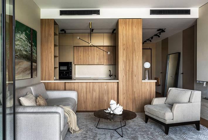 стильная барная стойка из шпона отделяет кухню от комнаты