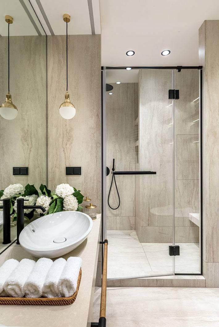 сочетание камня и черного метала в красивой ванной комнате