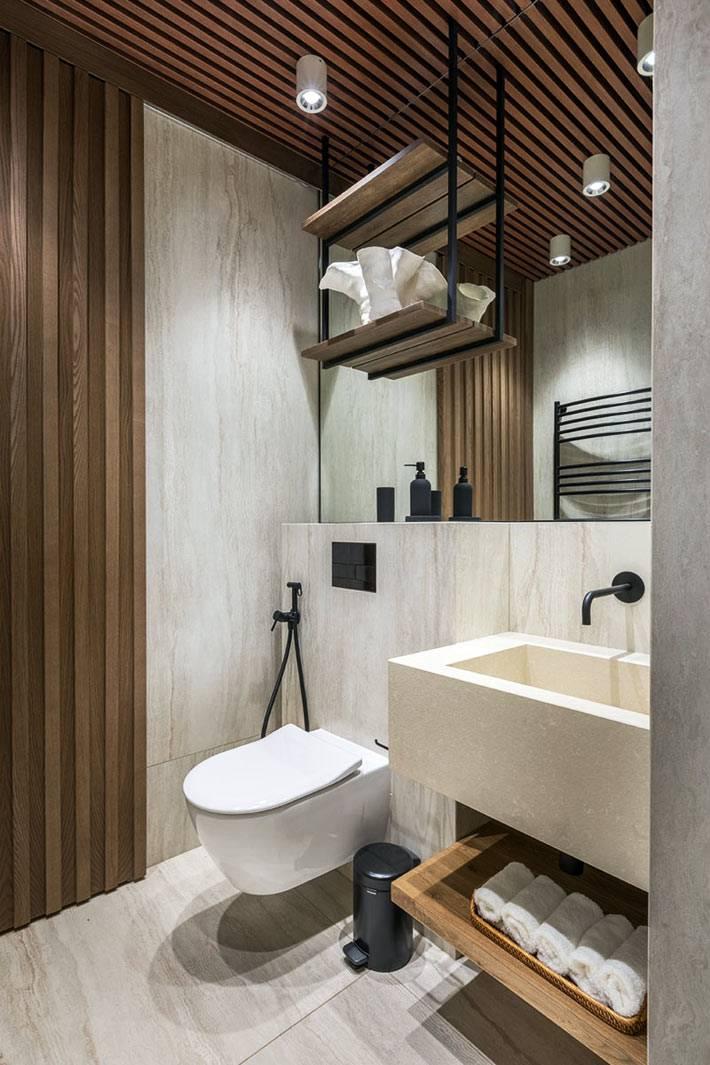 деревянный шпон на стене и потолке в туалете фото