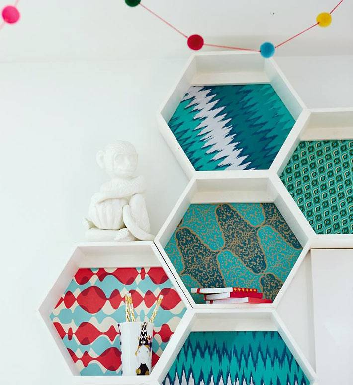 шестиугольные белые полки в форме пчелиных сот